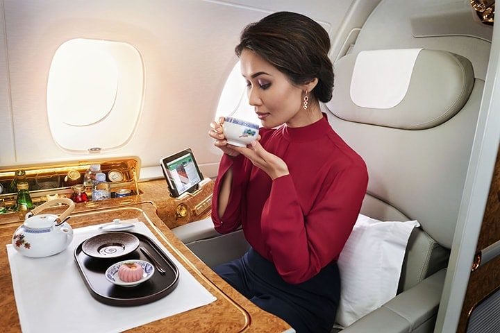 Bir kadın, Emirates First Class'ta geleneksel bir Japon çayını yudumluyor