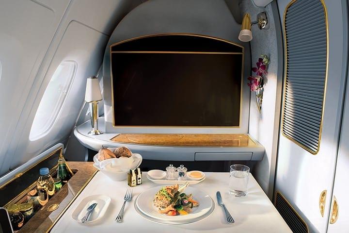 Emirates A380 uçakta Emirates First Class'ta bir yemek masası ve uçakta yemek