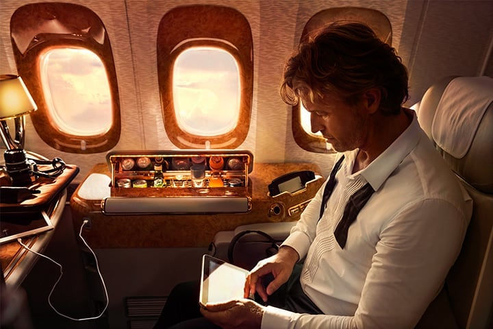 Een man werkt op zijn laptop in Emirates First Class in de Emirates A380