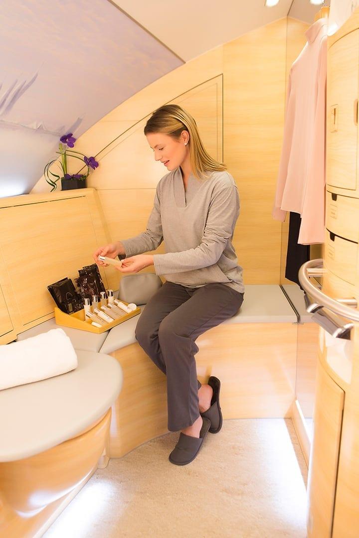 女士在阿聯酋航空 A380 上看著機上水療淋浴間一系列的護膚產品